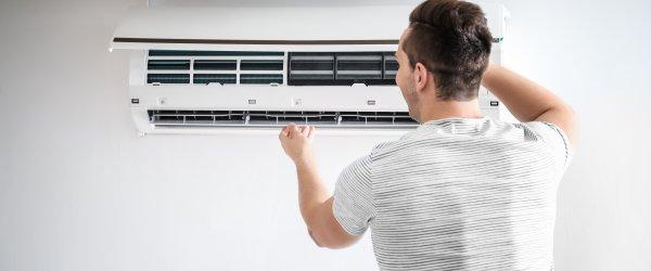 frigoriste installant climatiseur