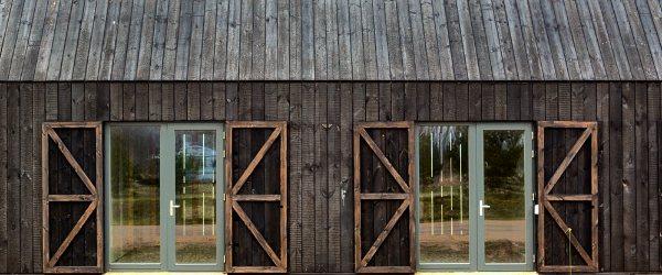maison bardage bois brule